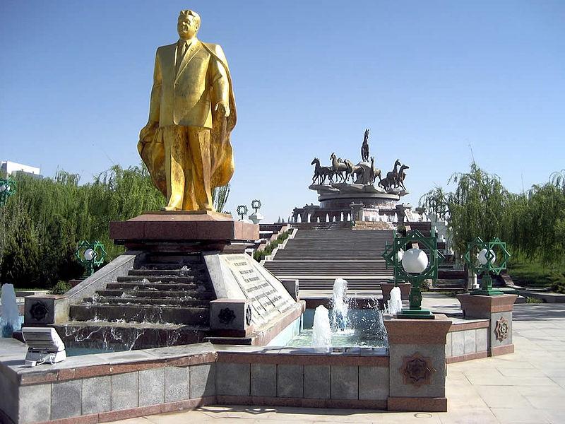 800px-Golden_Statue_of_Saparmurat_Niyazov_in_Ashgabat