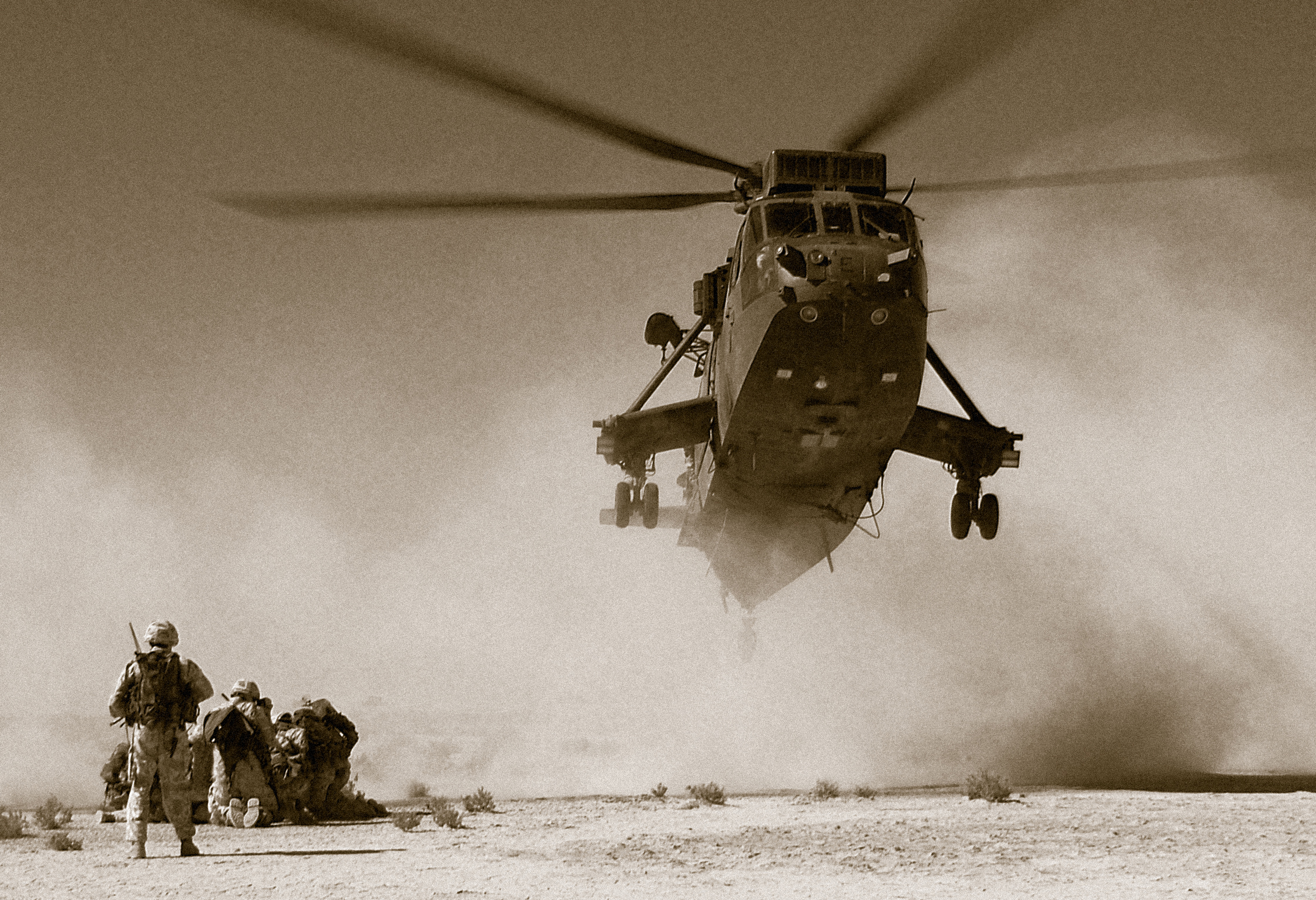 Sea King helicopter picks up troops east of Basrah International Airport, Iraq. John Shardlow, Creative Commons Attribution-NonCommercial-ShareAlike 2.0 Generic (CC BY-NC-SA 2.0)