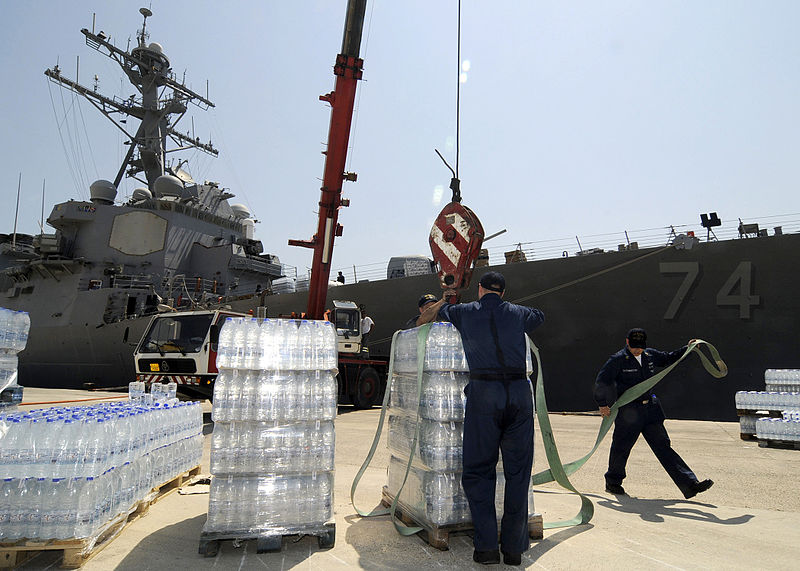 Loading_bottled_water_on_the_USS_McFaul_(DDG_74)